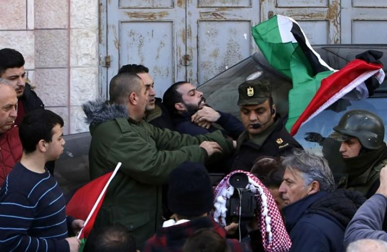 """""""منتدى الإعلاميين"""" يطالب عباس بضمان حق الصحفيين في ممارسة عملهم"""