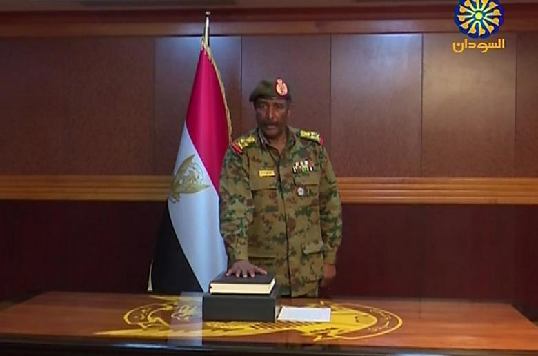 """البرهان يؤدي اليمين رئيسا لـ""""العسكري الانتقالي"""" في السودان"""