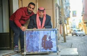 مصور غزي يُقدم مبادرة برواز لصغار وكبار السن