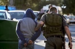 الاحتلال يعتقل شابا من بيت أمر