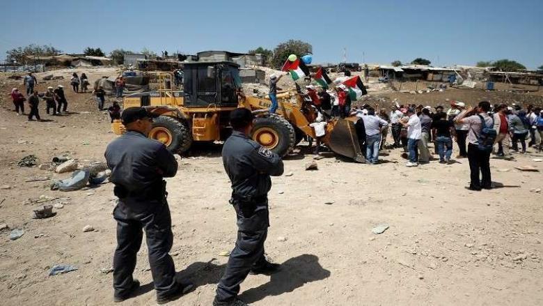 آليات الاحتلال تحاصر محيط قرية الخان الأحمر