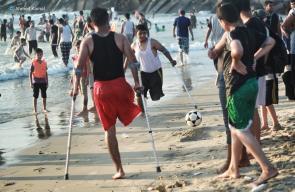 الجرحى المبتورة أقدامهم يلهون على شاطئ بحر غزة