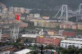 """السائق المحظوظ.. صورة """"مخيفة"""" من انهيار جسر جنوى"""