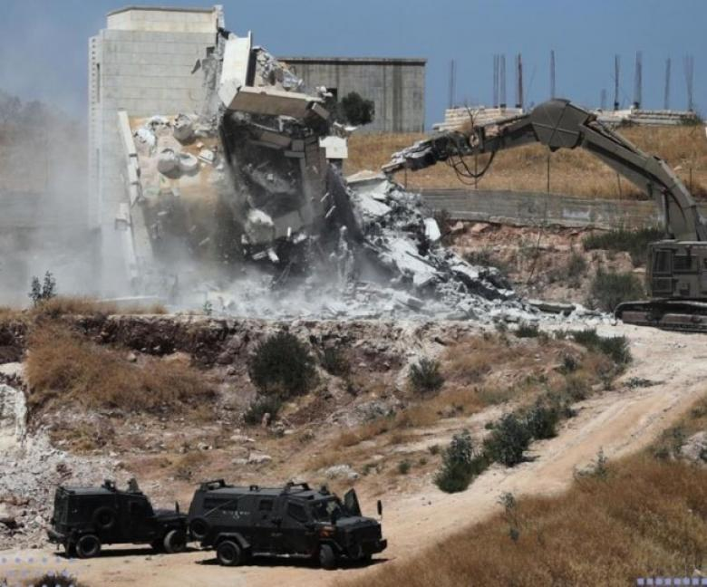 آليات الاحتلال تهدم بنايتين قيد الإنشاء في العيزرية شرق القدس