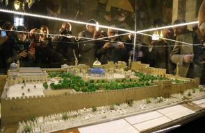 تركي يصنع مجسمًا للأقصى بتراب من القدس