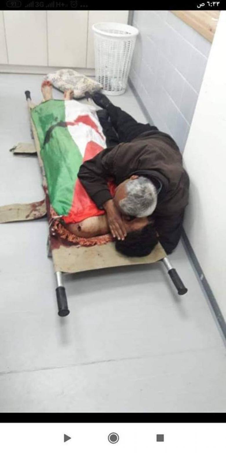 وداع مبكي..والد الشهيد رائد حمدان يحتضنه للمرة الأخيرة