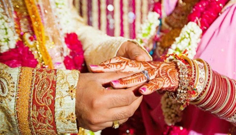 """عريس هندي يترك عروسه يوم الزفاف بسبب """"واتساب"""""""