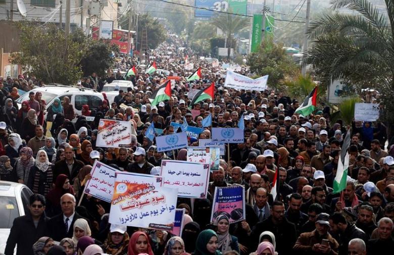 مسيرة لموظفي الأونروا بغزة رفضاً لسياسة التقليصات