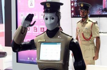 الشرطي الآلي يدخل الخدمة رسميا في دبي