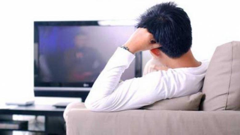 دراسة: 4 ساعات أمام التلفاز تعرض الرجال لخطر سرطان القولون