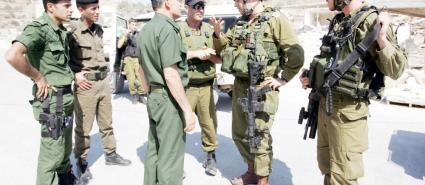 حين يوقف الشرطي الإسرائيلي سيارة شرطة فلسطينية