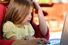لماذا يسيء الأطفال التصرف بوجود والدتهم؟