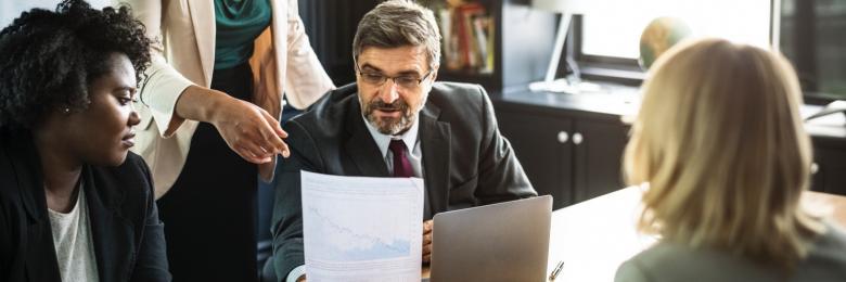 بين الموظف والمدير.. الحالة المثالية لنظرية المؤامرة