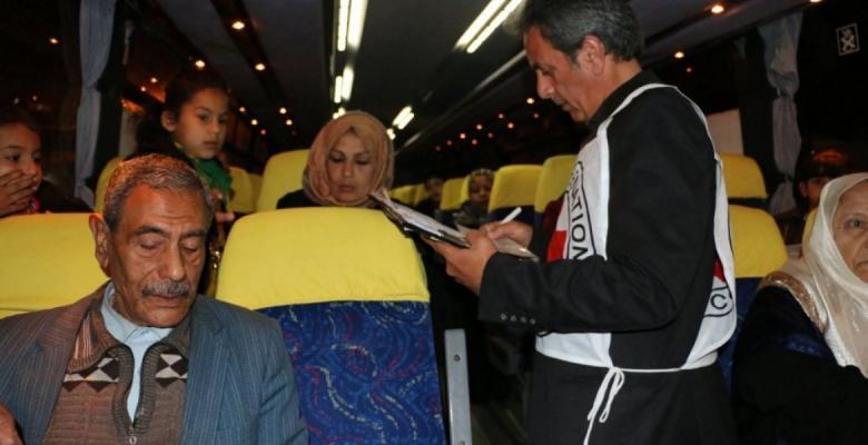 """مغادرة دفعة من أهالي أسرى غزة إلى سجن """"نفحة"""""""