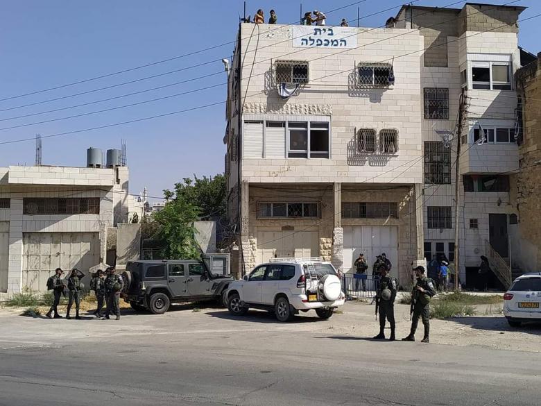 الاحتلال يغلق منزلاً في شارع الشهداء بالخليل