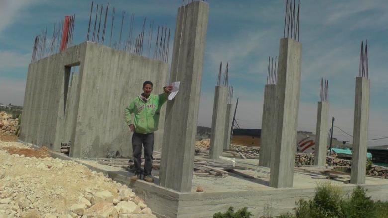 الاحتلال يخطر بوقف البناء في منزل شرق الخليل