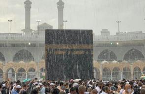 لحظة هطول الأمطار في المسجد الحرام