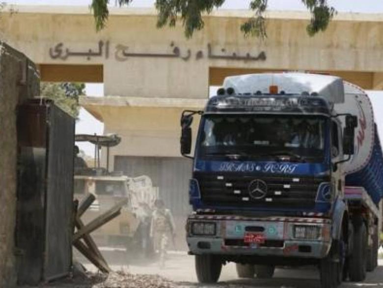إعلام المعبر: دخول 16 شاحنة وقود مصري لغزة