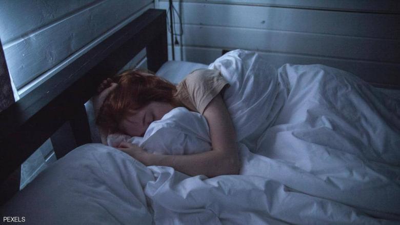 دراسة تكشف سر النوم والاستيقاظ المبكر