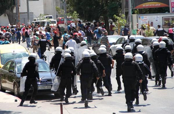 """أجهزة الضفة تقمع وتعتقل محتجين ضد محاكمة الشهيد """"الأعرج"""""""