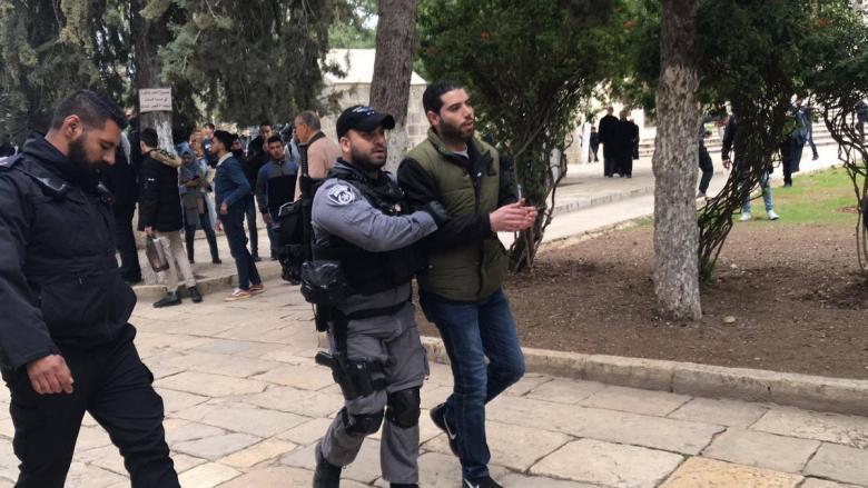 الاحتلال يبعد حارسين عن المسجد الأقصى