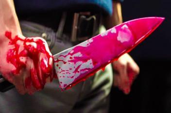 مخمور يطعن والدته بسكين في قلبها