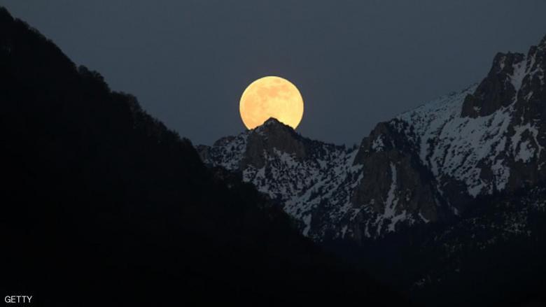 """العالم يترقب """"القمر الدموي"""""""
