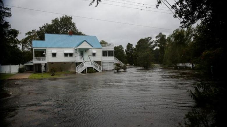 """إعصار فلورنس: انقطاع الكهرباء عن 100 ألف منزل ومخاوف من """"فيضانات كارثية"""""""