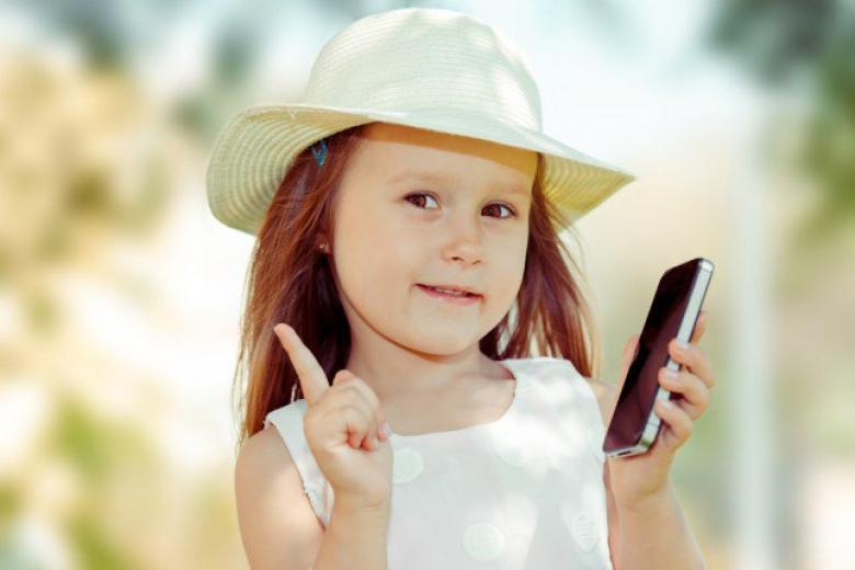 لهذه الأسباب احذري من هاتف طفلك المحمول