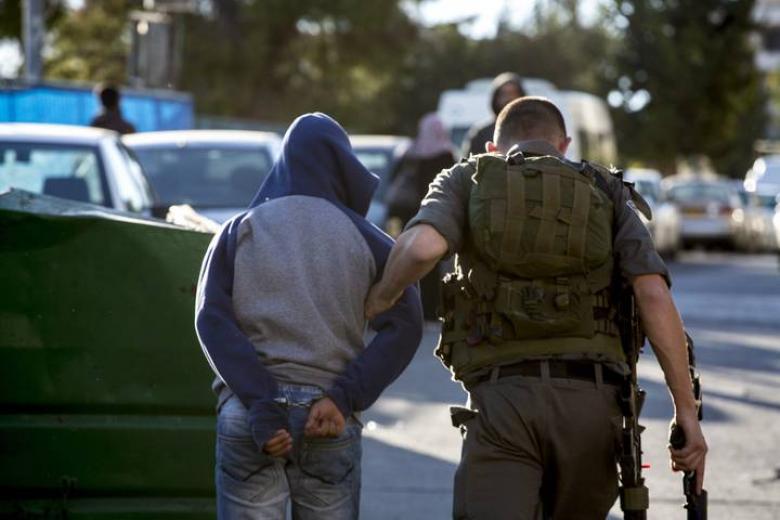 الاحتلال يجبر أربعة شبان على خلع ملابسهم في قلقيلية