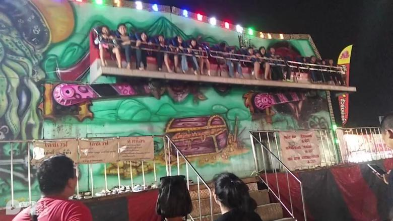لحظة سقوط ركاب لعبة بملاهي تايلاند