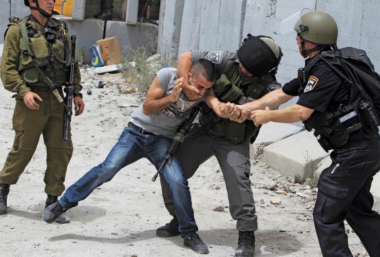 ثلاثة أسرى يتعرضون للضرب والتنكيل خلال اعتقالهم