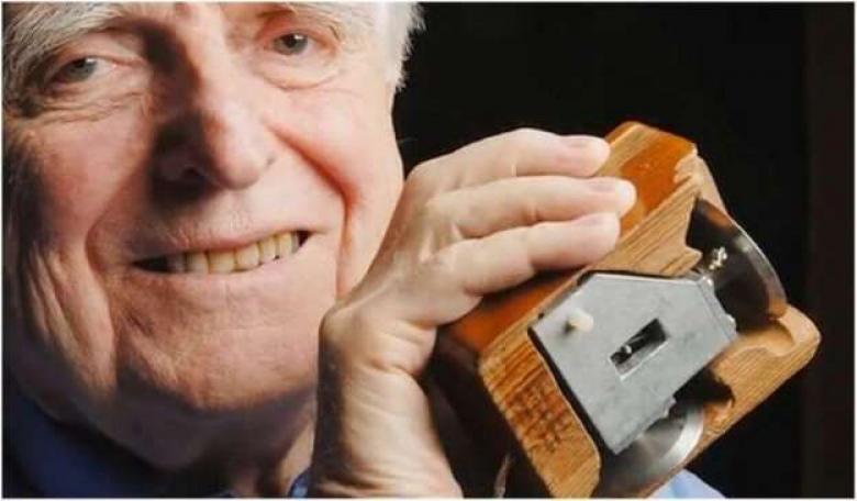 كم زرا كان في أول ماوس كمبيوتر تم اختراعه؟