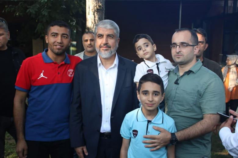 مشعل يلتقي جرحى قطاع غزة بإسطنبول