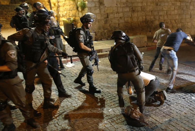 الاحتلال يعتدي على المصلين في الأقصى ويعتقل مسناً