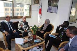 """""""الخدمة العامة"""" تزور مدير الصليب الأحمر بغزة"""