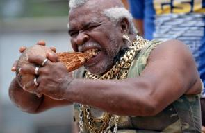 رجل هندي يكسر جوز الهند بأسنانه