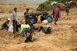 الفقر يدفع الغزيين لجمع الحجارة لبيعها