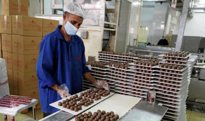 مصريون يشترون المنتجات المحلية اضطرارا