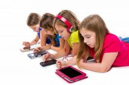 العلم يحذر من مخاطر استخدام الأطفال للهواتف