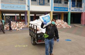 وكالة الغوث بغزة توزع المساعدات الغذائية وفق إجراءات احترازية لمنع الازدحام والتجمهر.