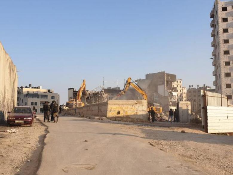 الاحتلال يشرع بعملية هدم واسع لممتلكات المواطنين بمحيط حاجز قلنديا