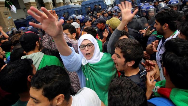 مسيرات طلابية بالجزائر تطالب بتغيير جذري للنظام