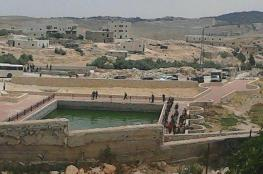مستوطنون يلقون موادًا سامة في بئر مياه شرق يطا