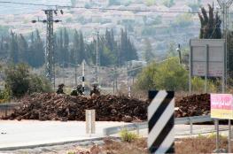 الاحتلال يغلق طرقا ترابية شرق يطا