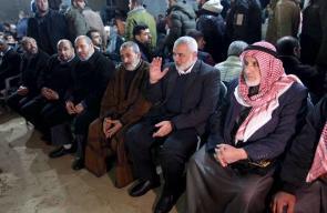 هنية وقيادات من حماس يؤدون العزاء لآل