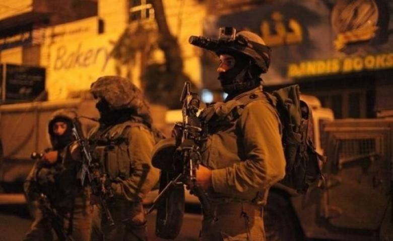 الاحتلال يعتقل 12 مواطنا من  الضفة المحتلة