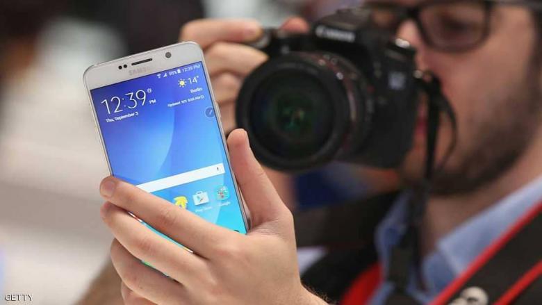 سامسونغ تتحدى أبل.. وتطور هاتفا بميزة غير مسبوقة