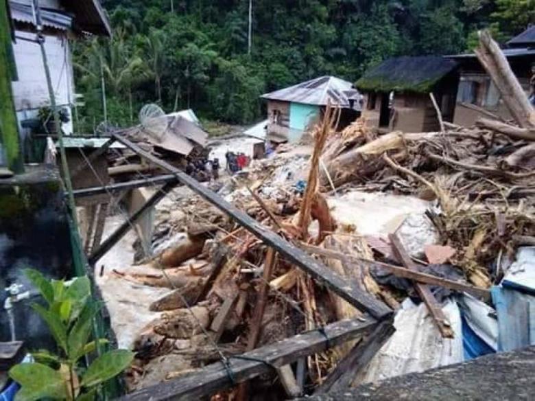 فيضانات وانهيارات أرضية تقتل 37 شخصًا في أندونيسيا