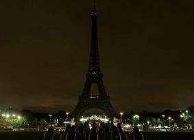 إطفاء أضواء برج إيفل حداداً على ضحايا مصر